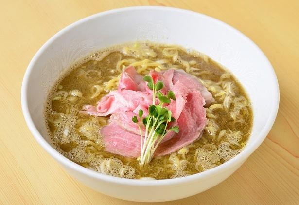 【写真を見る】煮干しラーメン(白) 550円。手間をかけたスープは全体をまろやかな旨味で包み込む