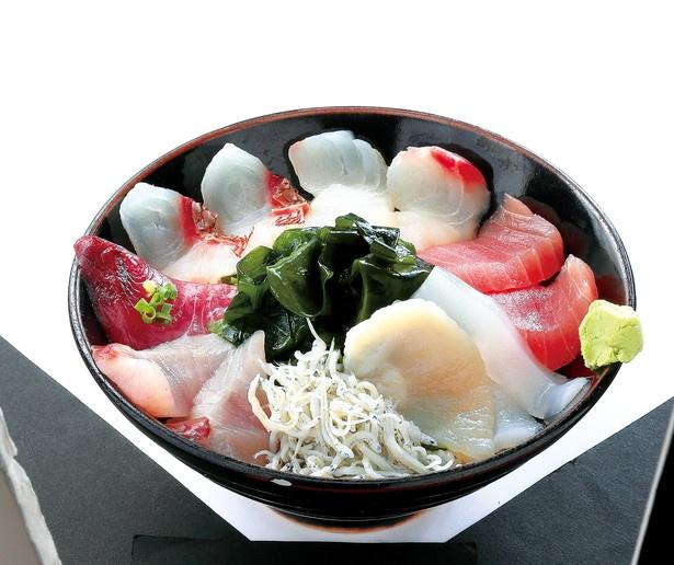 その日の朝に仕入れた旬の魚を中心に7、8種類の魚介類をこれでもかと豪快に盛り付けた「海鮮丼」(1100円)