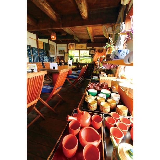 店内では陶磁器を販売している。BGMで流れる昭和歌謡も郷愁をそそる