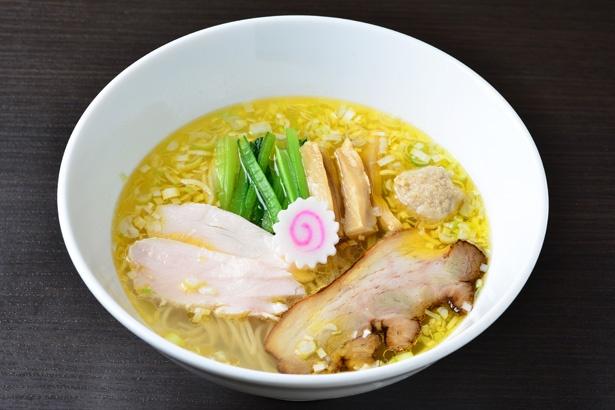 【写真を見る】5種類の貝ダシを合わせたスープと細麺が一体となる「塩鶏中華そば」(730円)