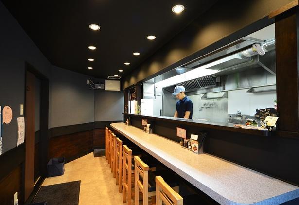 カウンター前面に厨房があり店主の手際のよい仕事ぶりがうかがえる