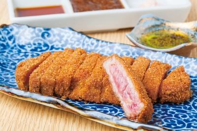 「牛かつ 横濱川島屋」のオージービーフのサーロインを高温でサッと挙げた牛カツ(1,200円)