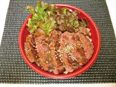 どんなもん 田村店の「湘南ステーキ丼」(700円~)。肉のプロが厳選した肉汁あふれるステーキが美味