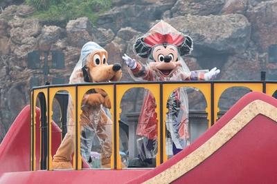 ヴィランズのハロウィーン・パーティーに招待された、ディズニーの仲間たち。ミッキーマウスとプルートは海賊に仮装!