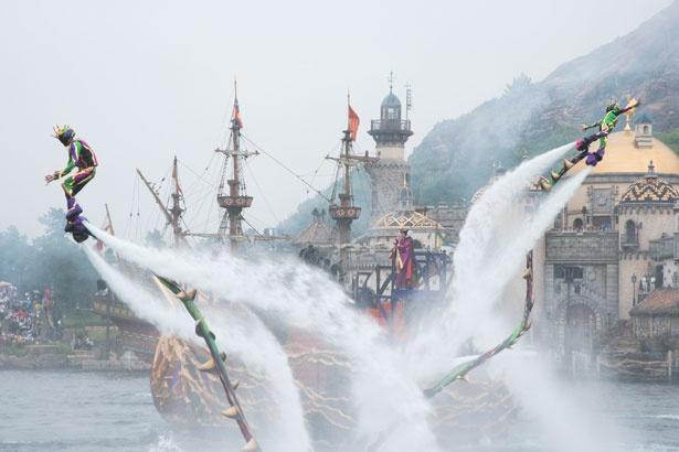 【写真を見る】迫力満点!2台のアクアボードが水上を飛び回る