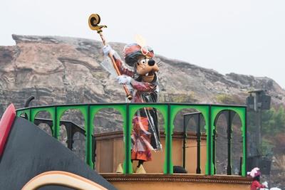 魔術師に仮装したグーフィーは、ジャファーと同じ船に乗って登場