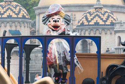 ミニーマウスは王妃をイメージしたコスチューム