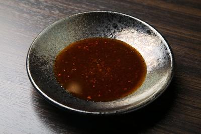 自家製ラー油は花椒や朝天唐辛子を使い、色と香りを重視/申手延麺