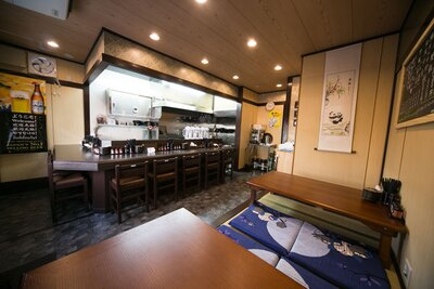 座敷タイプのテーブル席を備えた落ち着ける店内/申手延麺