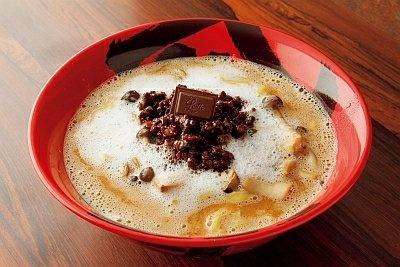 麺は、チョコとスープの濃厚さに負けないパンチのある特製平打ち麺を開発!