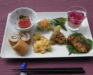 丸森産古代米を使ったちらし寿司などを提供する「月替わりランチメニュー」850円
