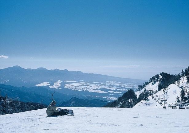 【写真を見る】標高差のあるスキー場で絶景を満喫