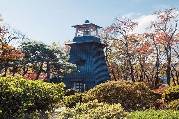 復元された沼田城址のシンボル・鐘楼。近くにある庭園との共演が見事