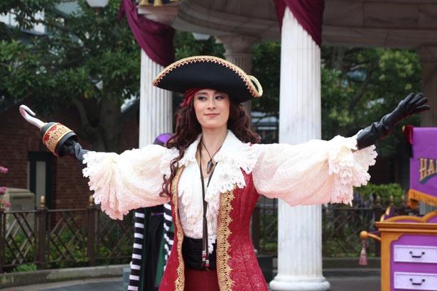 キャプテン・フックをマスターとする、ホック。両袖と襟にフリル素材を使用し、海賊でありながらも女性らしさを表現