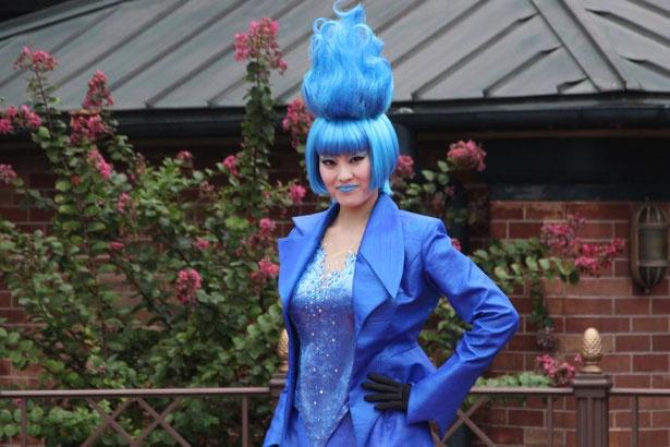 【写真を見る】ブルーの炎をイメージした、独特なヘアスタイルのミス・ハーデス