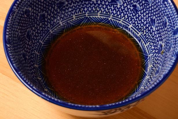 マグロとはまた違った濃厚さを持つアゴ(飛魚)の煮干しを使った醤油ダレを調合し使用している/吉岡マグロ節センター