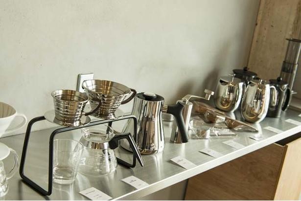 販売用の抽出器具は種類豊富。田中さんはバリスタからコーヒーの道に入ったこともあり、それぞれの抽出器具のメリットなども教えてくれる