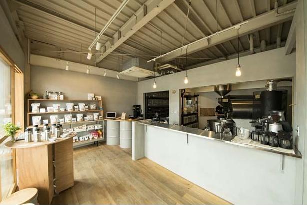 店の内装や外装のデザインは糸島の木工職人「アコーデオン」によるもの
