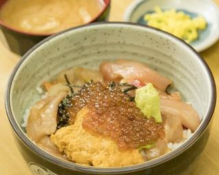 「海鮮丼」は5種類のネタが盛られ、1杯670円は格安