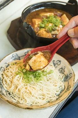 「麻婆豆腐」(700円)は、ラーメンの「替え玉」(150円)にかけて食べてもおいしい