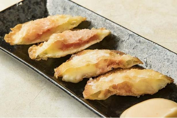 【写真を見る】「海老明太チーズ揚げ」(600円)。明太子とエビを丁寧に包むんだ焼き餃子