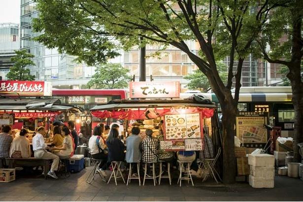オープンエアで食べる屋台料理は格別。雨や寒い日はビニールシートなどで覆われる