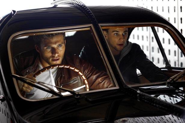 高級クラシックカーを専門に盗むフォスター兄弟の活躍を描く『スクランブル』