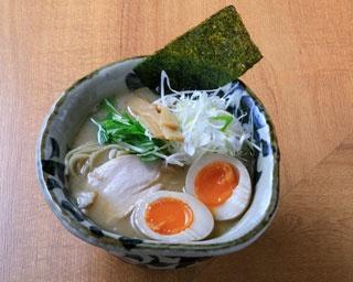 「真鯛らーめん味玉塩」(980円)/真鯛らーめん まるき