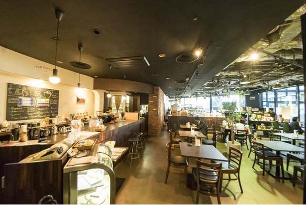 40席と広々とした店内は、大きな窓から陽光が差し込む。コーヒーセミナーやカッピングイベントも開催する