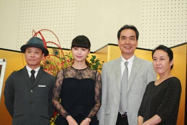 左から三宅弘城、宮崎あおい、長塚京三、大森美香(脚本)