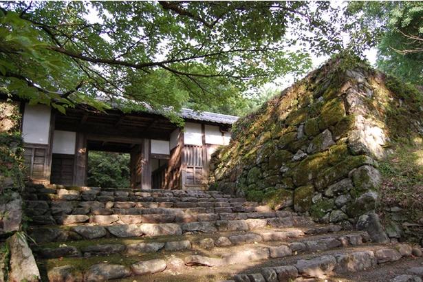 江戸時代後期に建てられたとされる「長屋門」。奥御殿へと至る門であり、唯一城内の原位置に残っている