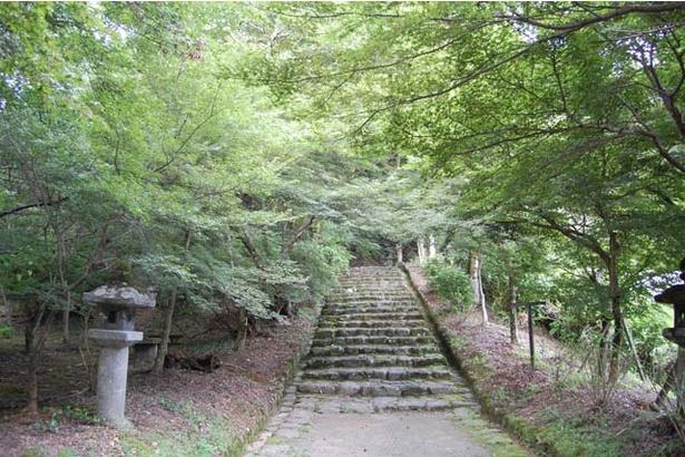 坂道の石段は士族の老若男女が総出で造ったことから、参道の石段は「士族坂(しぞくざか)」と呼ばれることも
