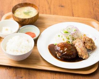 「B定食」(1300円※ハンバーグ&唐揚げ&明太子)。無料の生卵で卵かけご飯も楽しめる