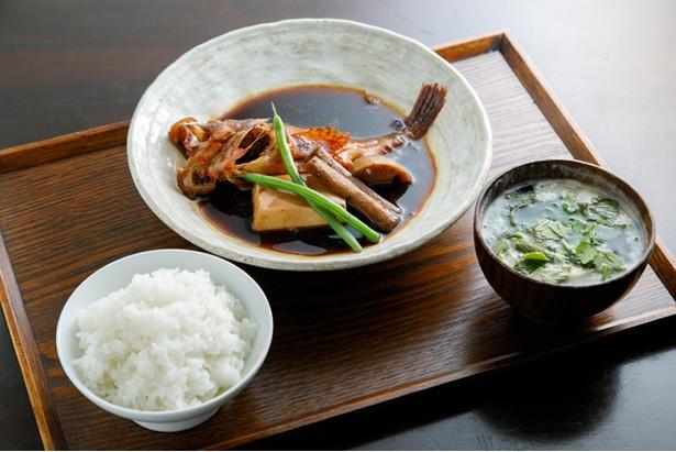 「本日の定食」(1200円〜)。写真はアラカブの煮付け。ご飯は新潟コシヒカリを使用