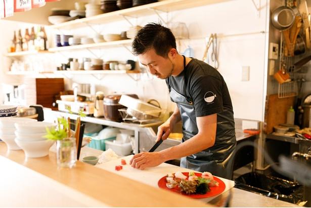 店主の三宅悠介さん。山口、東京などで経験を積み、地元・福岡で念願の店を開業した
