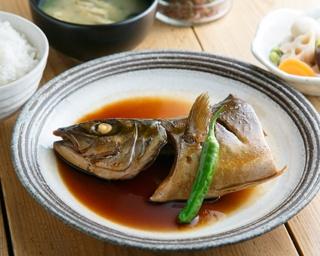 魚は日替りの「本日の魚、煮付け定食」(790円)。この日は、身がふっくらとした大ぶりのヒラマサを使用