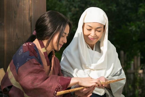 近藤の治世の下、井伊谷は平穏な日々を取り戻し、還俗した直虎も一農婦として生きていた