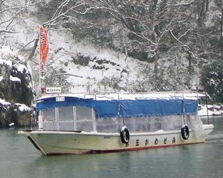 冬季は「こたつ舟」が運航。こたつに入りながら阿武隈川の早春の情緒を満喫できる