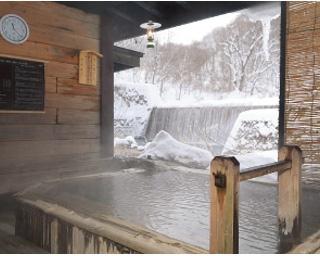 間近に滝が流れる貸切露天風呂