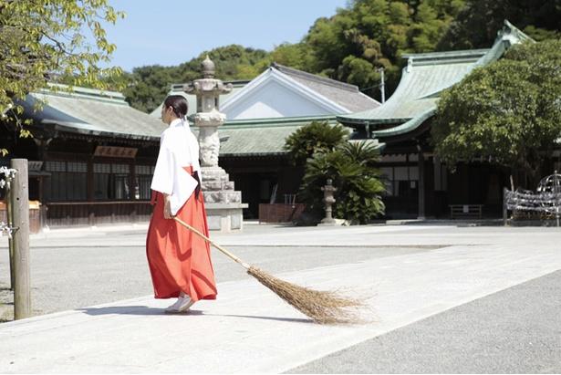 撮影は福岡県福津市の宮地嶽神社で、連日35℃を超える猛暑のなか行われた