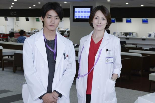 「ドクターX~外科医・大門未知子~」で、シリーズ初参戦する野村周平(左)と米倉涼子