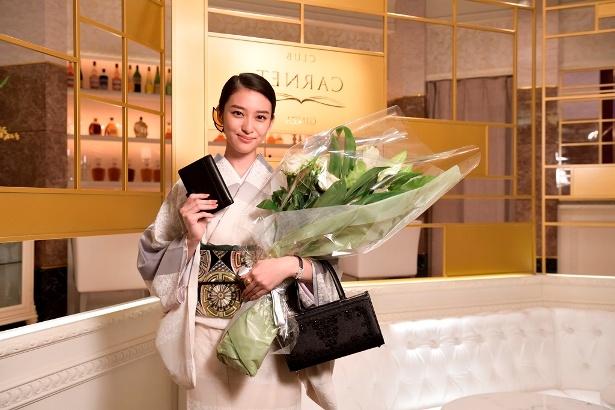 「黒革の手帖」クランクアップを迎えて笑顔を見せる武井咲