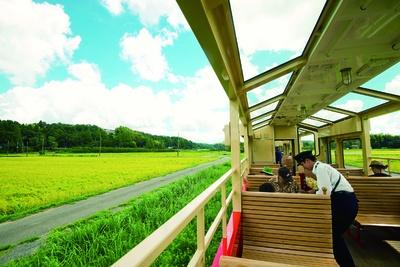 通常列車の半分ほどの早さで走行。乗務員さんが沿線の魅力をアナウンスしてくれる