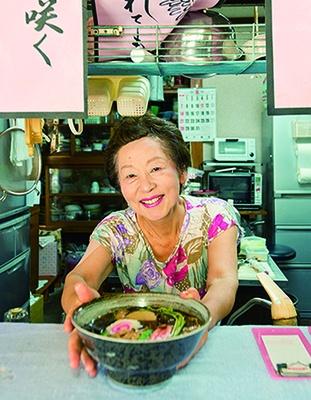 名物の山菜そばは、ワラビやウド、タケノコなど具だくさん!娘さんが調理、おばあちゃんが接客してくれる