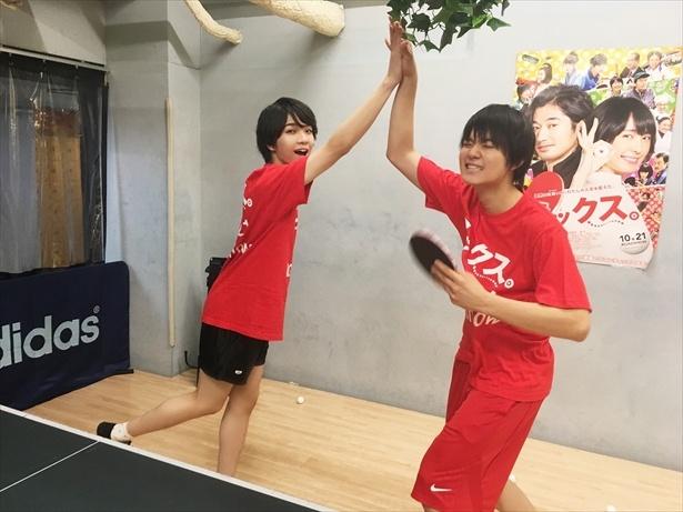 【写真を見る】特訓の成果あり! 佐野&塩崎が練習試合に勝利でハイタッチ