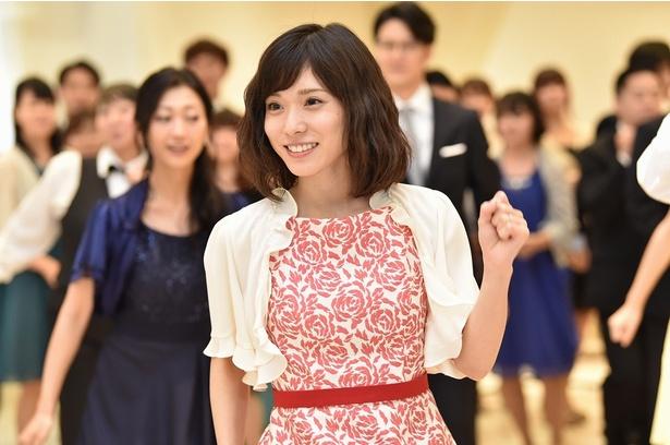 錦戸亮主演「ウチの夫は仕事ができない」最終話でキュートに踊る松岡茉優。後ろには壇蜜の姿も