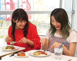 アイドルグループGEMの村上来渚と南口奈々がイケアグルメを体験!本格的な北欧料理に喜ぶ