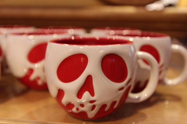 【写真を見る】毒リンゴモチーフのマグカップでティータイムはいかが?「マグ」(1400円)