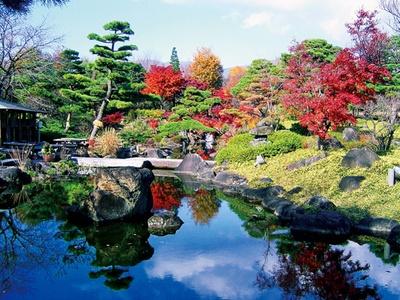 紅葉が見逃せない日本庭園。庭園の外周には万葉集で歌われている植物も
