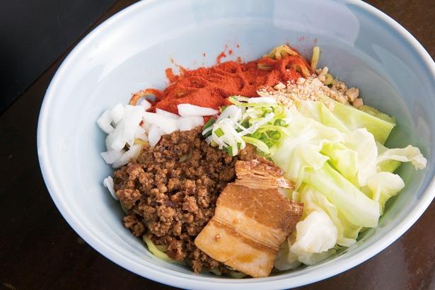「辛麺処 満天」の汁なし担々麺(並)900円。唐辛子パウダーはかなりの辛さだが、甘めの肉味噌と混ざって甘辛に変化!